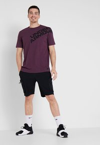 Under Armour - WORDMARK SHOULDER - T-shirt imprimé - kinetic purple/black - 1