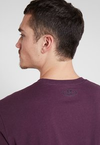 Under Armour - WORDMARK SHOULDER - T-shirt imprimé - kinetic purple/black - 4