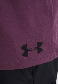 Under Armour - WORDMARK SHOULDER - T-shirt imprimé - kinetic purple/black - 6