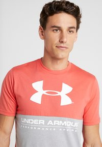 Under Armour - PERFORMANCEAPPAREL COLOR BLOCKED  - T-shirt print - steel light heather/martian red/onyx white - 3