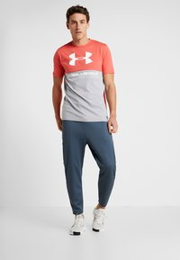 Under Armour - PERFORMANCEAPPAREL COLOR BLOCKED  - T-shirt print - steel light heather/martian red/onyx white - 1