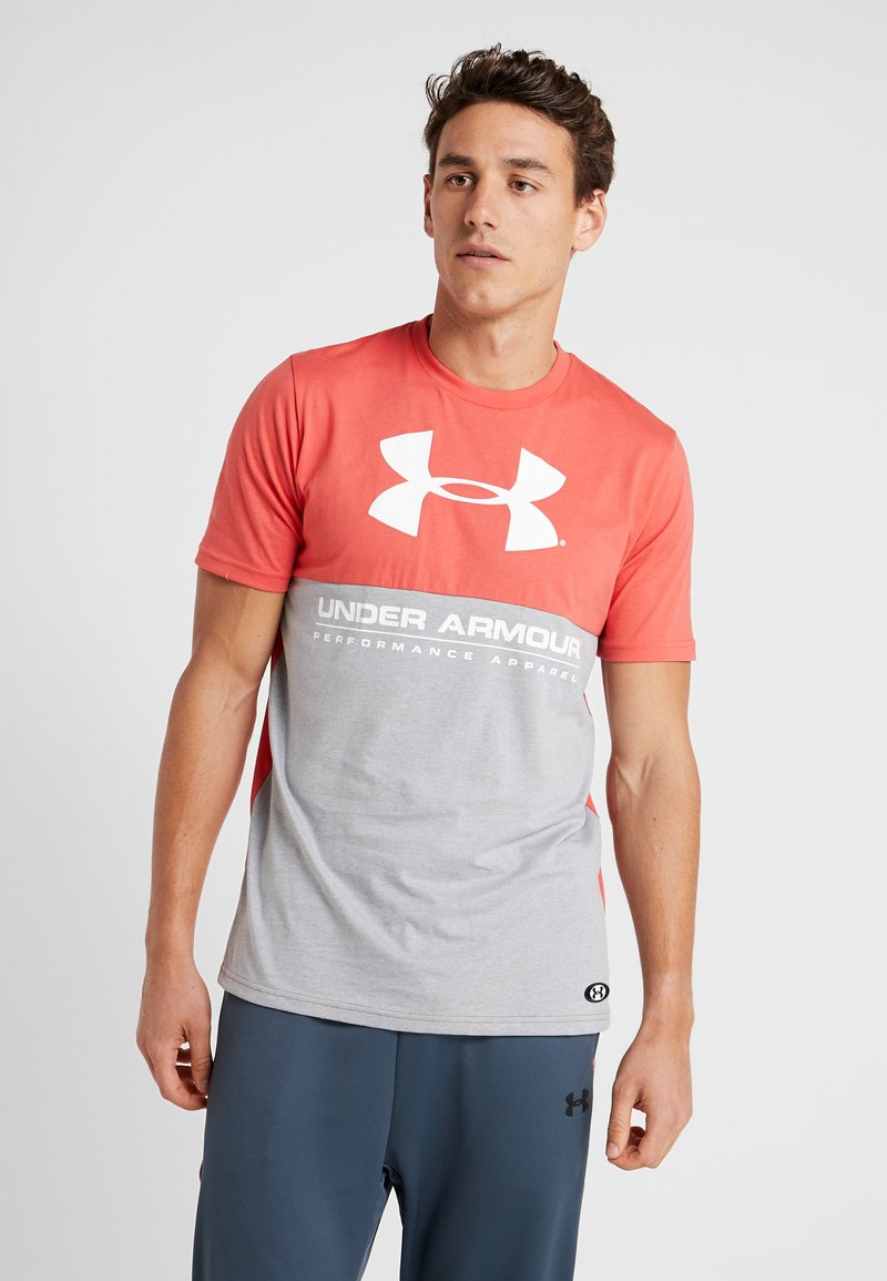 Under Armour - PERFORMANCEAPPAREL COLOR BLOCKED  - Camiseta estampada - steel light heather/martian red/onyx white