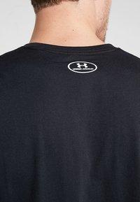 Under Armour - PERFORMANCEAPPAREL COLOR BLOCKED  - Print T-shirt - black/white - 5