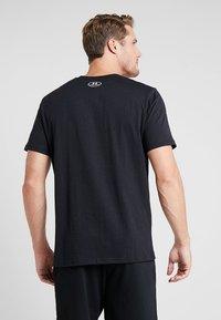 Under Armour - PERFORMANCEAPPAREL COLOR BLOCKED  - Print T-shirt - black/white - 2