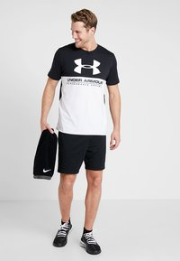 Under Armour - PERFORMANCEAPPAREL COLOR BLOCKED  - Print T-shirt - black/white - 1
