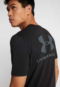 Under Armour - SPORTSTYLE BACK TEE - T-shirt print - black/pitch gray - 5
