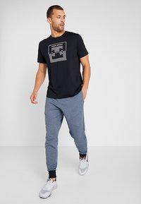 Under Armour - INVERSE BOX LOGO - T-shirt med print - black - 1