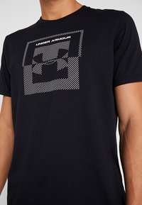 Under Armour - INVERSE BOX LOGO - T-shirt med print - black - 5