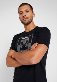 Under Armour - INVERSE BOX LOGO - T-shirt med print - black - 3