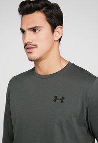 Under Armour - WORDMARK SLEEVE - T-shirt sportiva - baroque green - 3