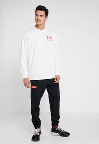 Under Armour - PERFORMANCE ORIGINATORS TEE - Langærmede T-shirts - onyx white/martian red - 1