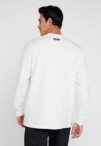 Under Armour - PERFORMANCE ORIGINATORS TEE - Langærmede T-shirts - onyx white/martian red - 2