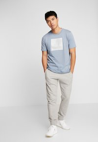 Under Armour - UNSTOPPABLE TEE - T-shirt print - ash gray/white - 1