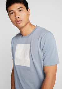 Under Armour - UNSTOPPABLE TEE - T-shirt print - ash gray/white - 4