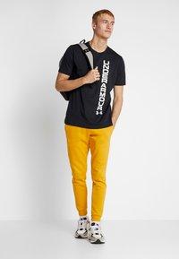Under Armour - SPORTSTYLE BLOCKED SHORTSLEEVE TEE - T-shirt med print - black/white - 1
