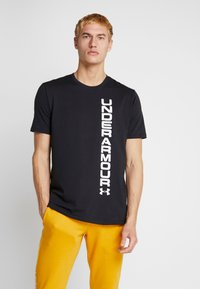Under Armour - SPORTSTYLE BLOCKED SHORTSLEEVE TEE - T-shirt med print - black/white - 0