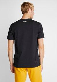 Under Armour - SPORTSTYLE BLOCKED SHORTSLEEVE TEE - T-shirt med print - black/white - 2