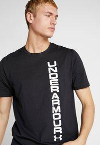Under Armour - SPORTSTYLE BLOCKED SHORTSLEEVE TEE - T-shirt med print - black/white - 4