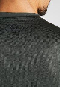 Under Armour - RAID GRAPHIC - T-shirt imprimé - baroque green/black - 4