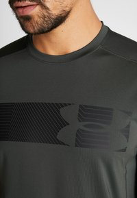 Under Armour - RAID GRAPHIC - T-shirt imprimé - baroque green/black - 6