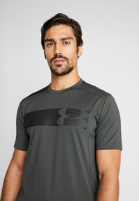 Under Armour - RAID GRAPHIC - T-shirt imprimé - baroque green/black - 3