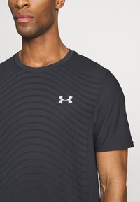 Under Armour - SEAMLESS WAVE - T-shirt med print - black/mod gray - 4