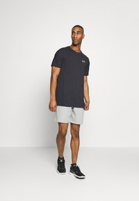 Under Armour - SEAMLESS WAVE - T-shirt med print - black/mod gray - 1