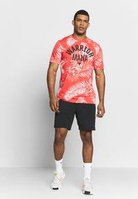 Under Armour - PROJECT ROCK ALOHA CAMO - T-shirt imprimé - versa red/summit white - 1