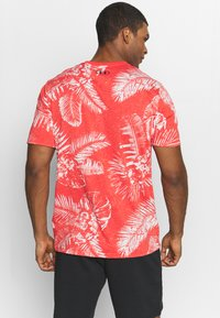 Under Armour - PROJECT ROCK ALOHA CAMO - T-shirt imprimé - versa red/summit white - 2