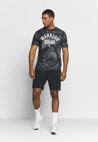Under Armour - PROJECT ROCK ALOHA CAMO - T-shirts med print - black/summit white - 1