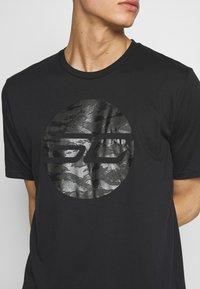 Under Armour - CAMO LOGO TEE - T-shirt med print - black - 5