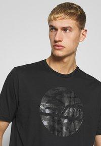 Under Armour - CAMO LOGO TEE - T-shirt med print - black - 3