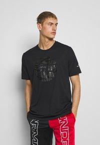 Under Armour - CAMO LOGO TEE - T-shirt med print - black - 0