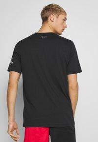 Under Armour - CAMO LOGO TEE - T-shirt med print - black - 2