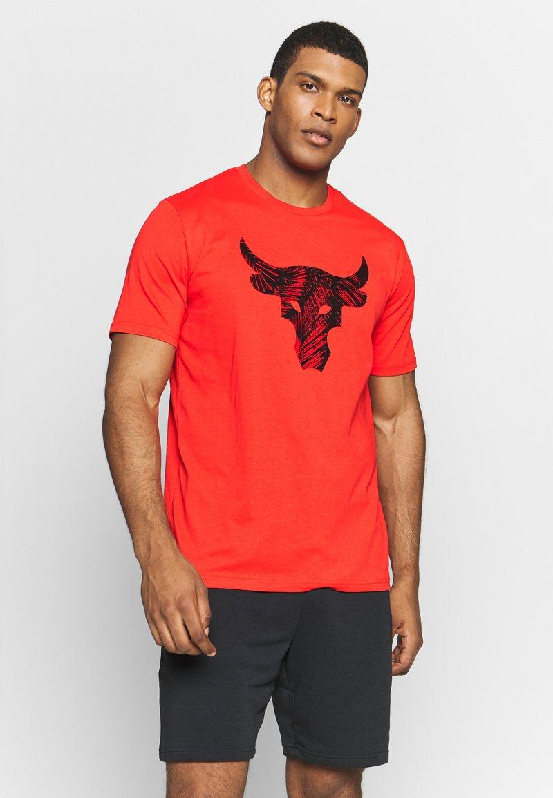 Under Armour - PROJECT ROCK BRAHMA BULL  - Printtipaita - versa red/black