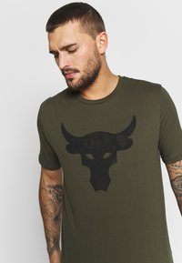 Under Armour - PROJECT ROCK BRAHMA BULL  - Printtipaita - guardian green