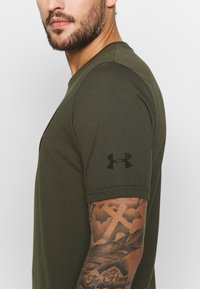 Under Armour - PROJECT ROCK BRAHMA BULL  - Printtipaita - guardian green - 6