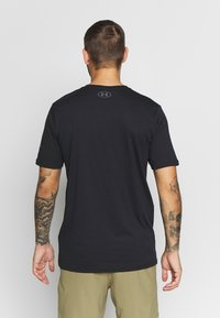 Under Armour - PROJECT ROCK BRAHMA BULL  - T-shirts med print - black/pitch gray - 2