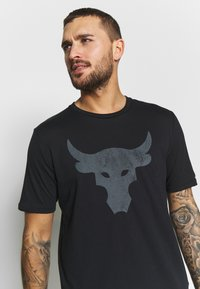 Under Armour - PROJECT ROCK BRAHMA BULL  - T-shirts med print - black/pitch gray - 3