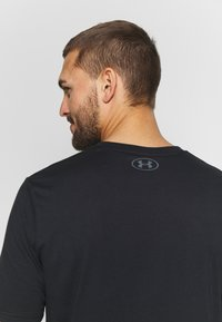 Under Armour - PROJECT ROCK BRAHMA BULL  - T-shirts med print - black/pitch gray - 4