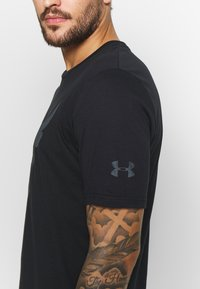 Under Armour - PROJECT ROCK BRAHMA BULL  - T-shirts med print - black/pitch gray - 6