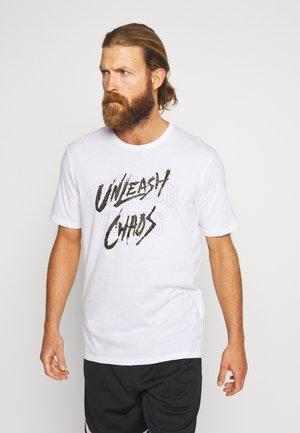 BASELINE TEE QRTLY MANTRA - T-Shirt print - white/black/gold