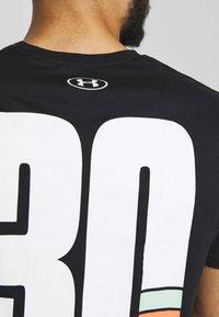 Under Armour - TEE - T-shirt med print - black/white/gravity green - 5