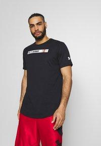 Under Armour - TEE - T-shirt med print - black/white/gravity green - 0