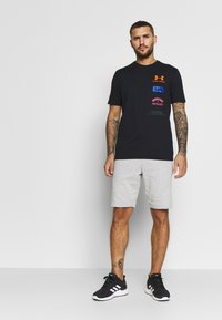 Under Armour - ORIGINATORS BACK - T-shirts med print - black/orange spark - 1