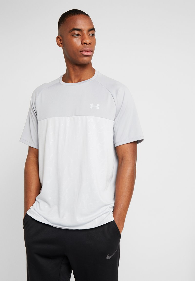 Under Armour - TECH EMBOSS - T-shirt med print - mod gray/halo gray