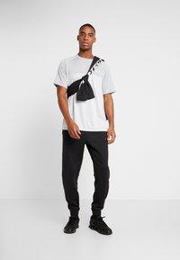 Under Armour - T-shirt imprimé - mod gray/halo gray - 1