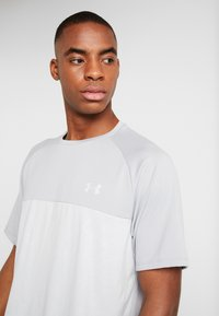 Under Armour - TECH EMBOSS - T-shirt med print - mod gray/halo gray - 3