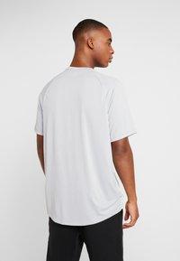 Under Armour - T-shirt imprimé - mod gray/halo gray - 2