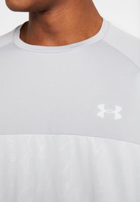 Under Armour - TECH EMBOSS - T-shirt med print - mod gray/halo gray - 5